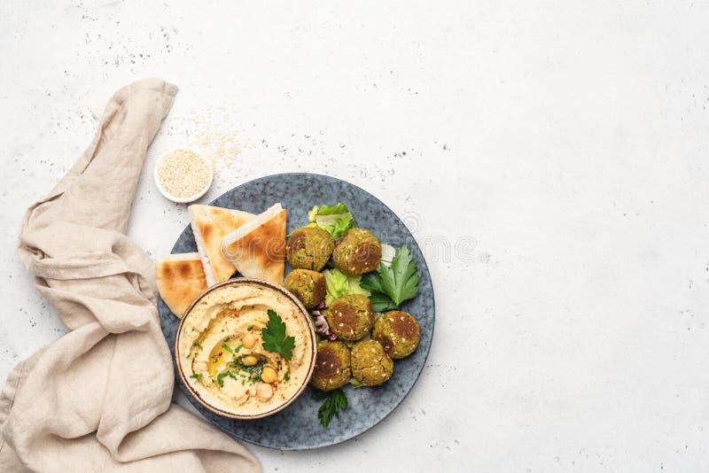 Hummus kikärt, falafel och pitabröd royaltyfria bilder