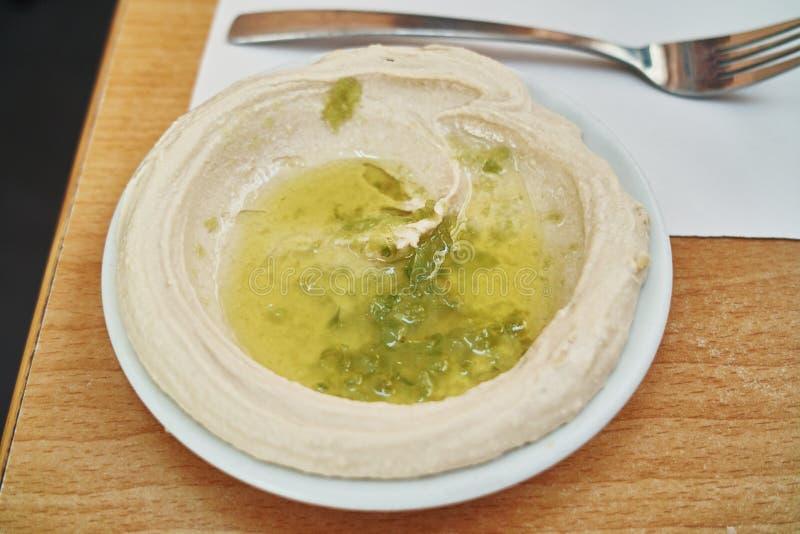 Hummus - Lewantyński rozszerzanie się lub robić chickpeas lub innych fasoli mieszających z tahini gotujących, mashed, oliwa z oli fotografia royalty free