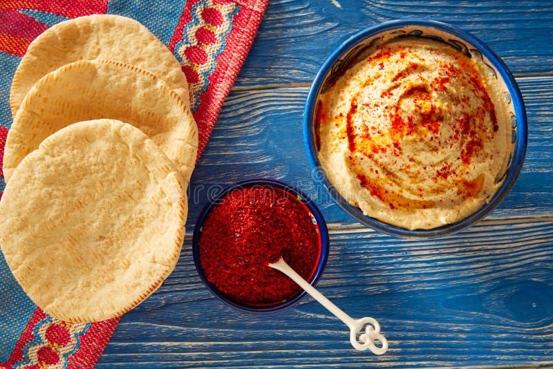 Hummus med pulver för pitabröd och för röd peppar arkivfoto
