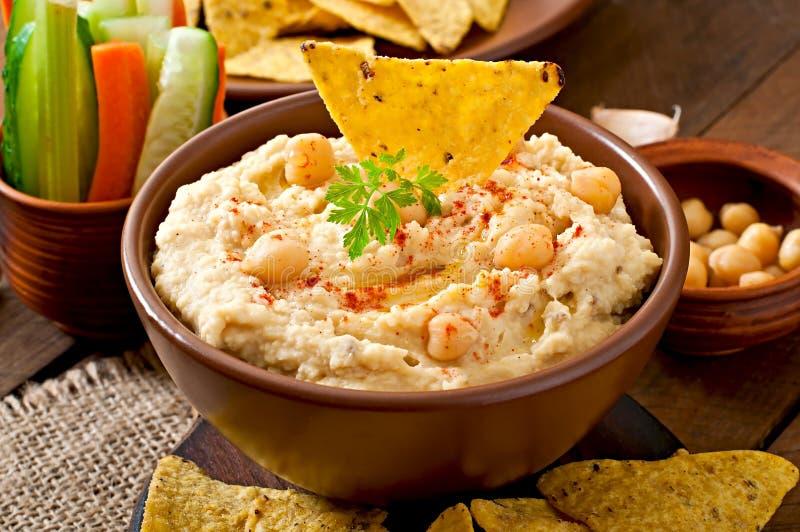 Hummus met groenten stock afbeelding