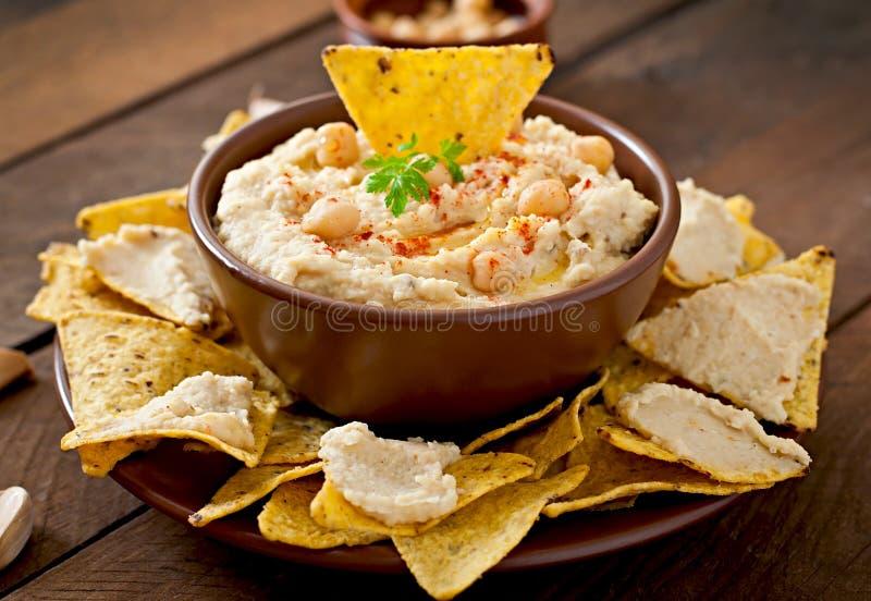 Hummus met olijfolie en pitabroodjespaanders royalty-vrije stock afbeeldingen