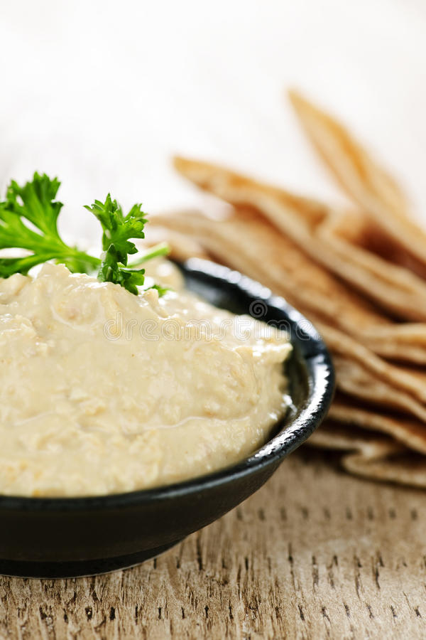 Hummus met pitabroodje stock afbeeldingen