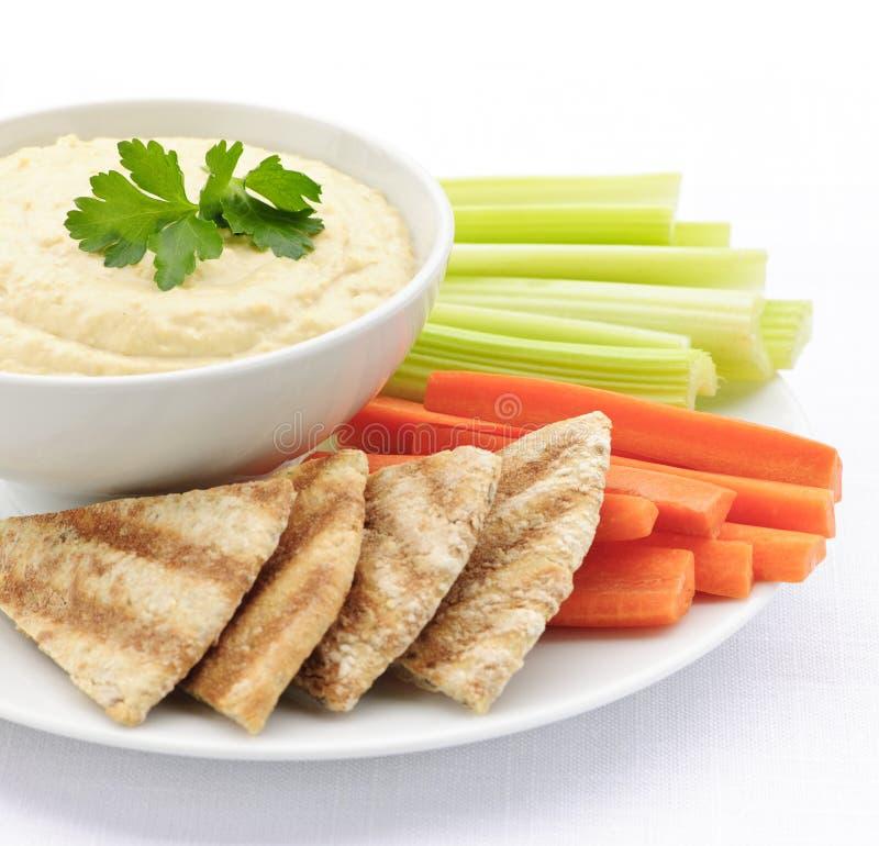 Hummus met pitabroodje en groenten stock afbeelding