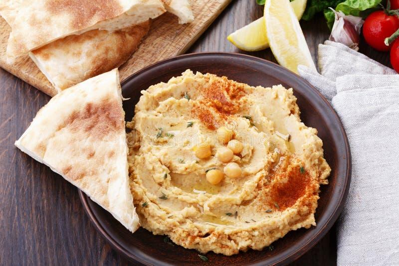 Hummus mit Flatbread lizenzfreies stockbild