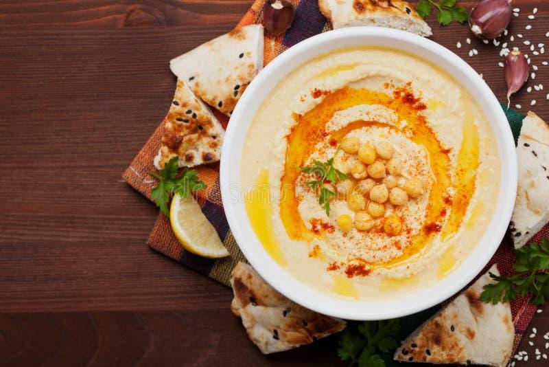 Hummus oder houmous, Aperitif gemacht von gestampften Kichererbsen, tahini, Zitrone, Knoblauch, Olivenöl, Petersilie und Paprika stockfotografie