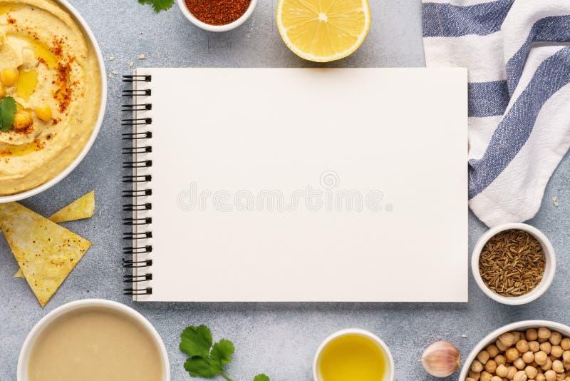 Hummus, otwarta przepis książka i składniki dla gotować, obrazy stock