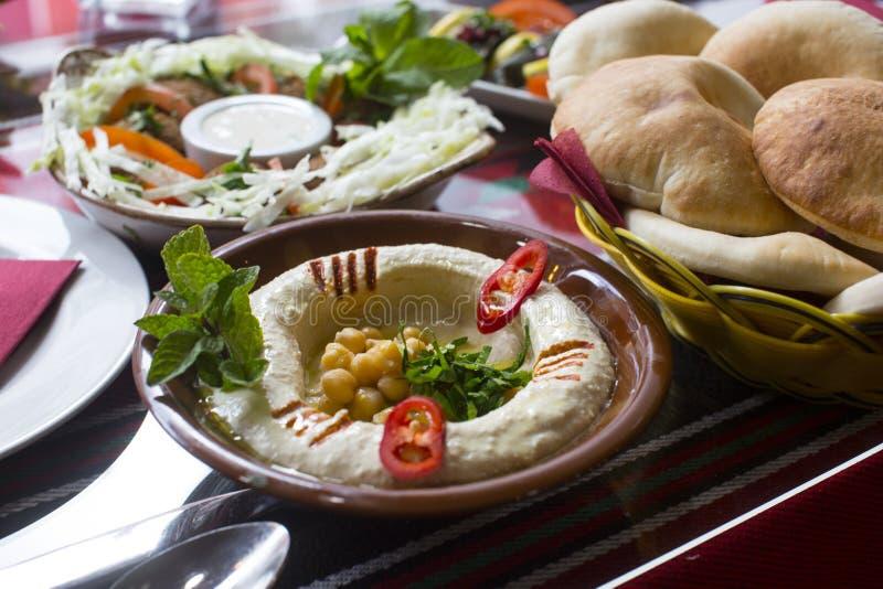 Hummus a servi avec du pain de pita photographie stock