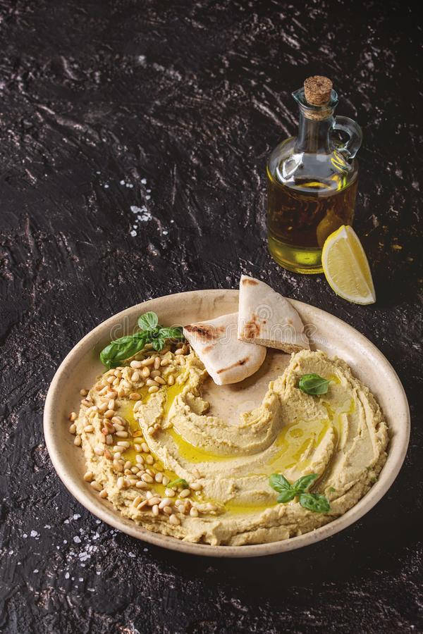 Hummus sparso con i dadi immagini stock