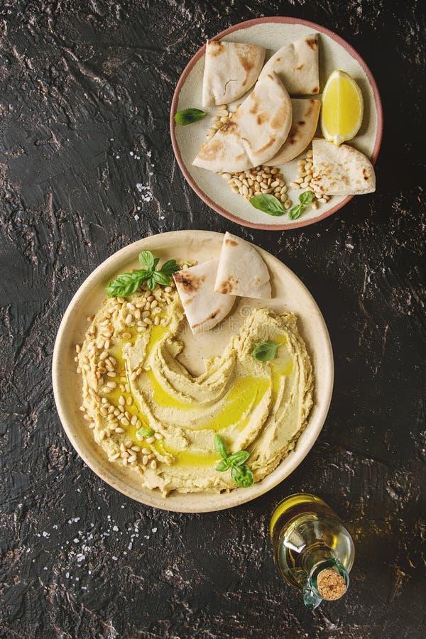 Hummus spridning med muttrar royaltyfria bilder