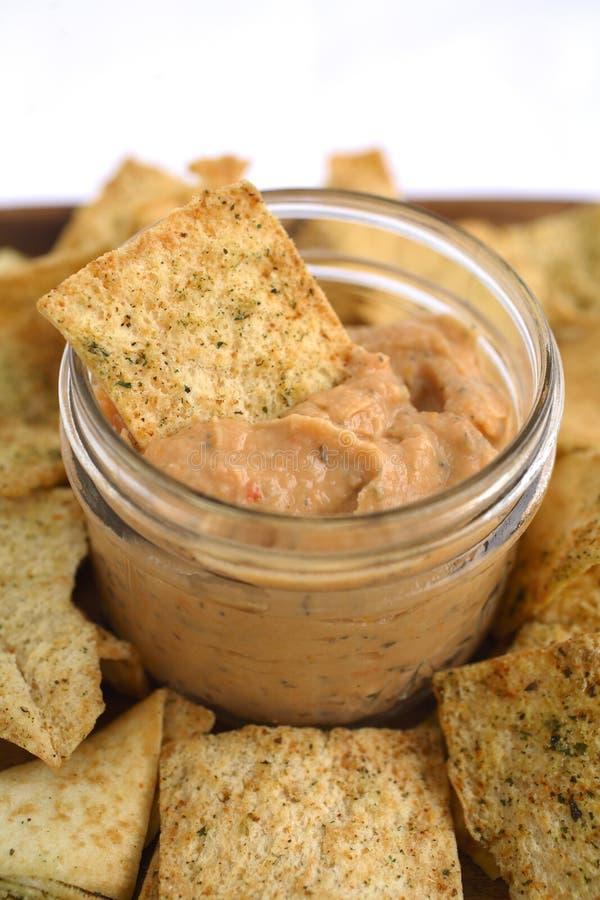Hummus Tomatoe & basilico con i chip di Pita immagine stock libera da diritti