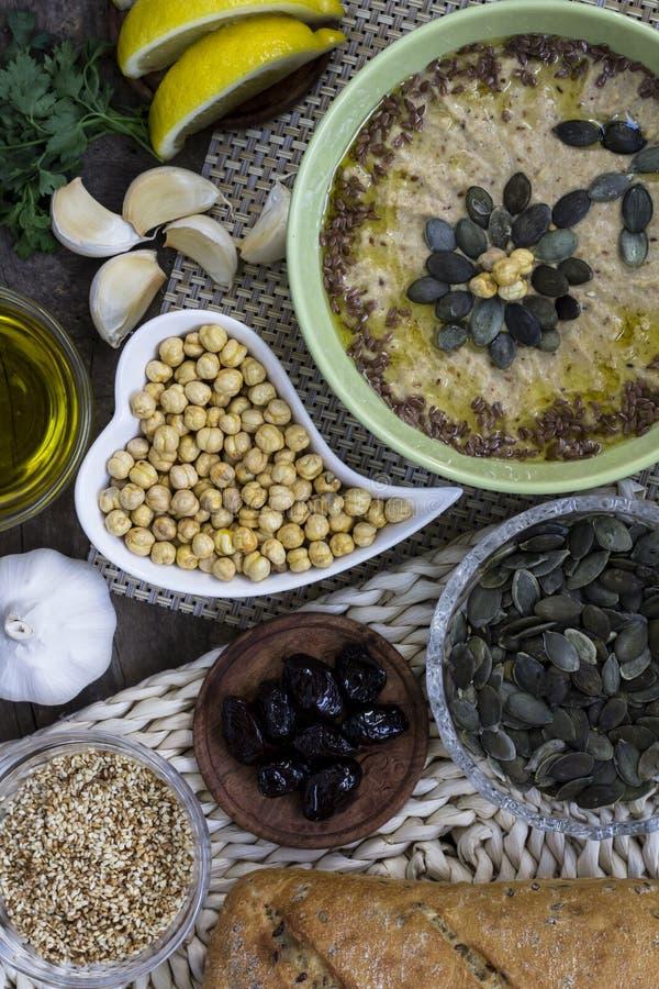 hummus Traditionelles orientalisches Lebensmittel organisch stockfotos