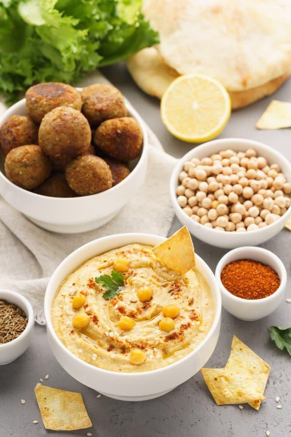 Hummus tradizionale e falafel casalinghi serviti con la pita, patate fritte fotografia stock libera da diritti