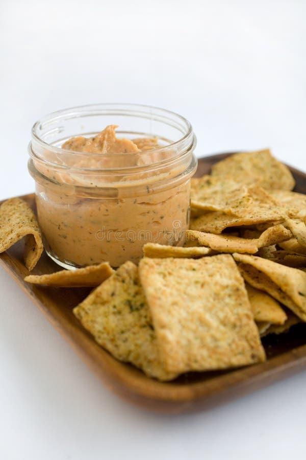 Hummus und Chips lizenzfreies stockfoto