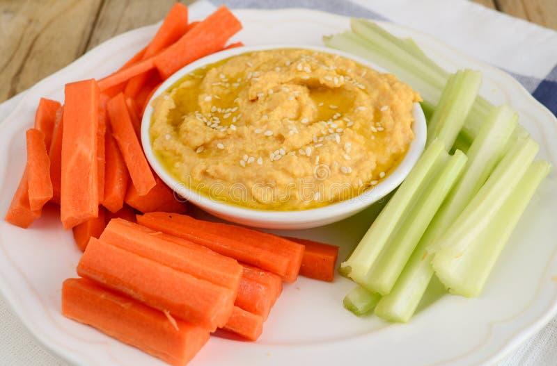 Hummus und Salat lizenzfreie stockfotos