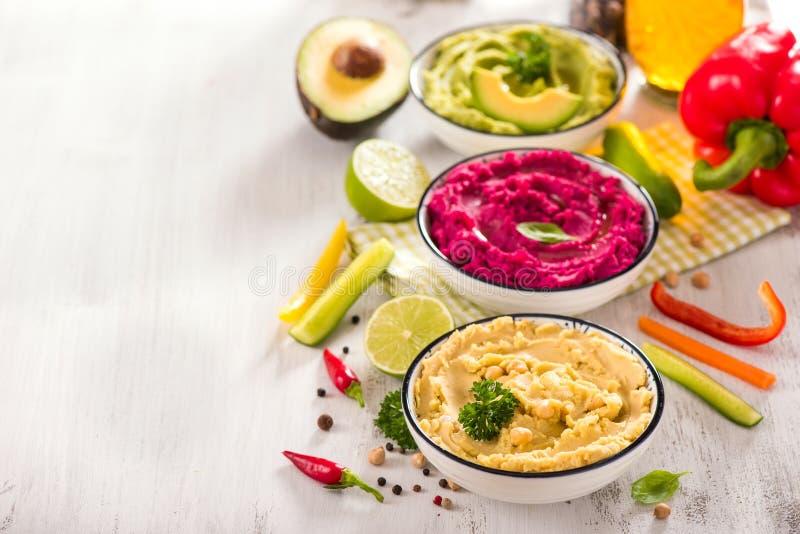 Hummus Veggies, διαφορετικές εμβυθίσεις, vegan hummus πρόχειρων φαγητών, παντζαριών και αβοκάντο, χορτοφάγος κατανάλωση στοκ εικόνα με δικαίωμα ελεύθερης χρήσης
