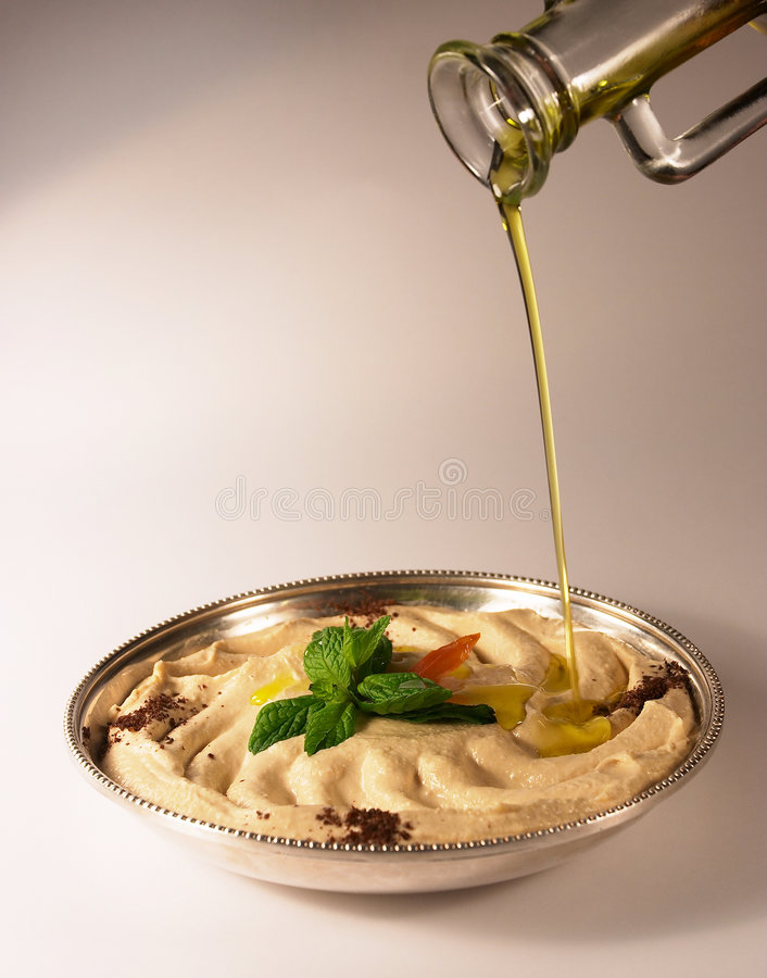 Hummus y aceite de oliva foto de archivo libre de regalías