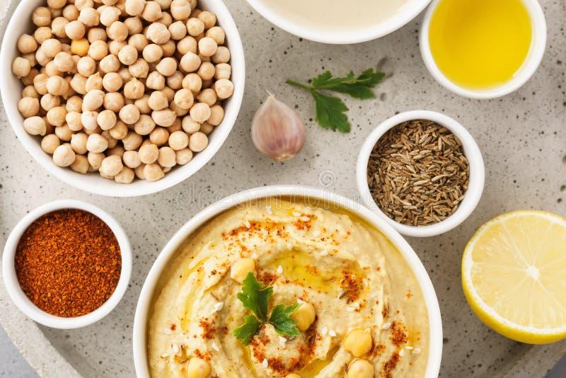 Hummuskom en ruwe ingrediënten voor het koken stock foto's