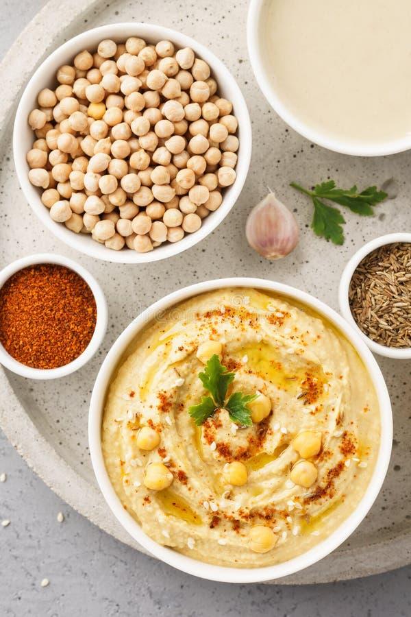 Hummuskom en ruwe ingrediënten voor het koken royalty-vrije stock foto's