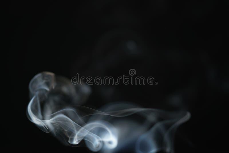 Humo azul claro del misterio sobre fondo oscuro con el espacio de la copia fotografía de archivo