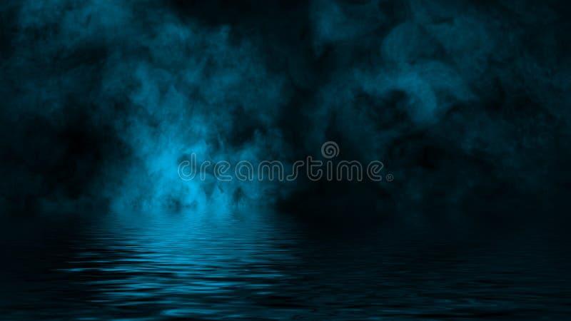 Humo azul con la reflexi?n en agua La textura de la niebla del misterio sobrepone el fondo Elemento del dise?o fotografía de archivo libre de regalías