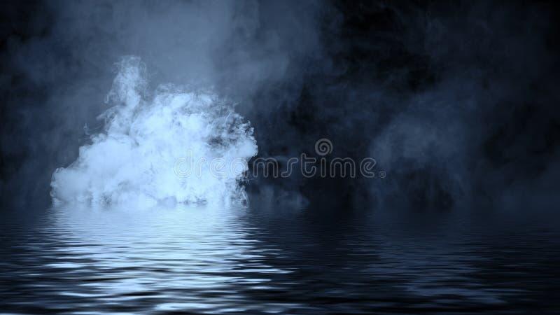 Humo azul con la reflexi?n en agua La textura de la niebla del misterio sobrepone el fondo fotografía de archivo libre de regalías