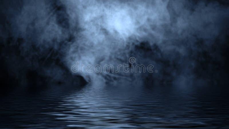 Humo azul con la reflexi?n en agua La textura de la niebla del misterio sobrepone el fondo imagenes de archivo