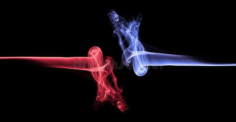 Humo azul contra extracto rojo del humo foto de archivo