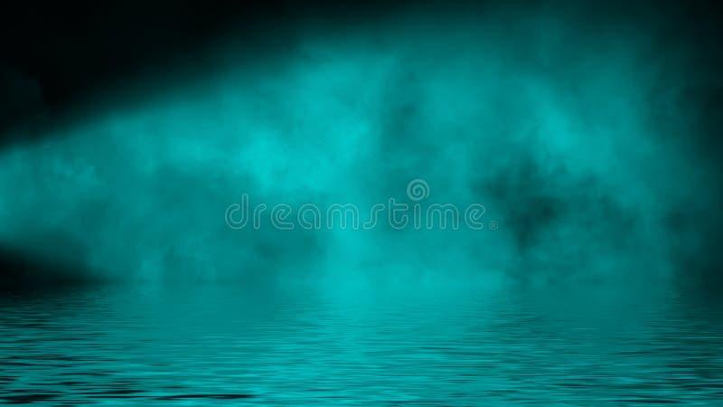 Humo azul del proyector con la reflexión en agua La textura de la niebla del misterio sobrepone el fondo Elemento del dise?o imagen de archivo