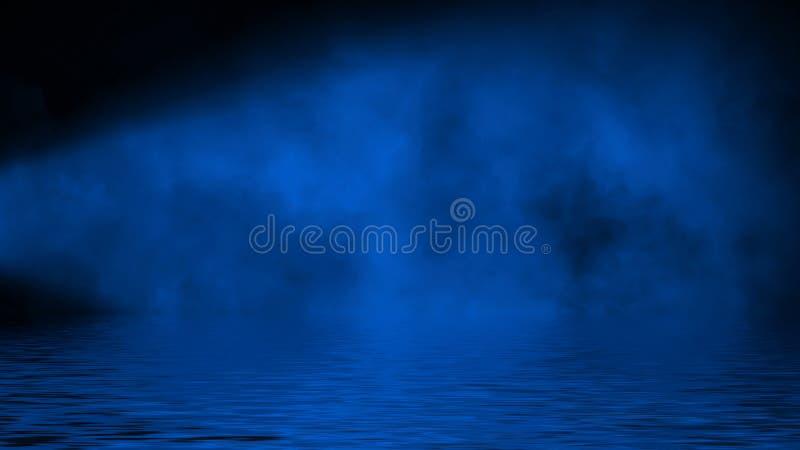 Humo azul del proyector con la reflexi?n en agua La textura de la niebla del misterio sobrepone el fondo foto de archivo libre de regalías