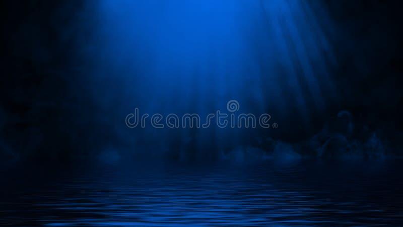 Humo azul del proyector con la reflexi?n en agua La textura de la niebla del misterio sobrepone el fondo imagen de archivo libre de regalías