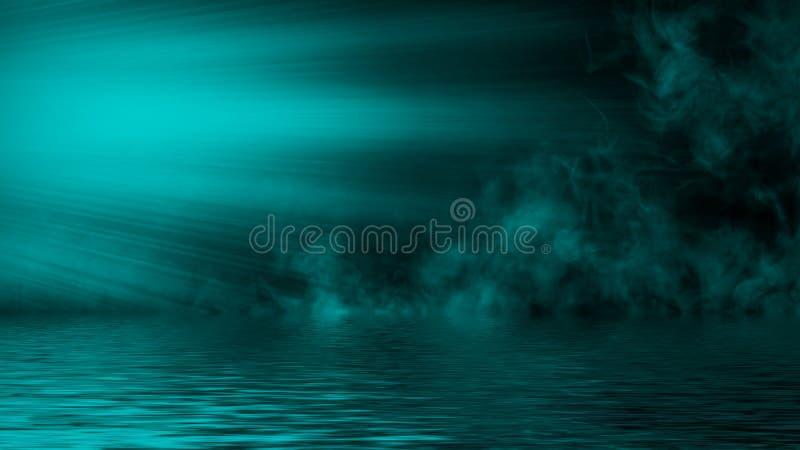 Humo azul del proyector con la reflexi?n en agua La textura de la niebla del misterio sobrepone el fondo Elemento del dise?o imagen de archivo