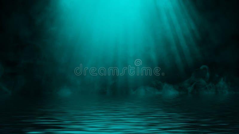 Humo azul del proyector con la reflexi?n en agua La textura de la niebla del misterio sobrepone el fondo Elemento del dise?o fotografía de archivo libre de regalías