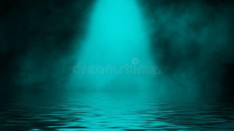 Humo azul del proyector con la reflexi?n en agua La textura de la niebla del misterio sobrepone el fondo Elemento del dise?o foto de archivo libre de regalías