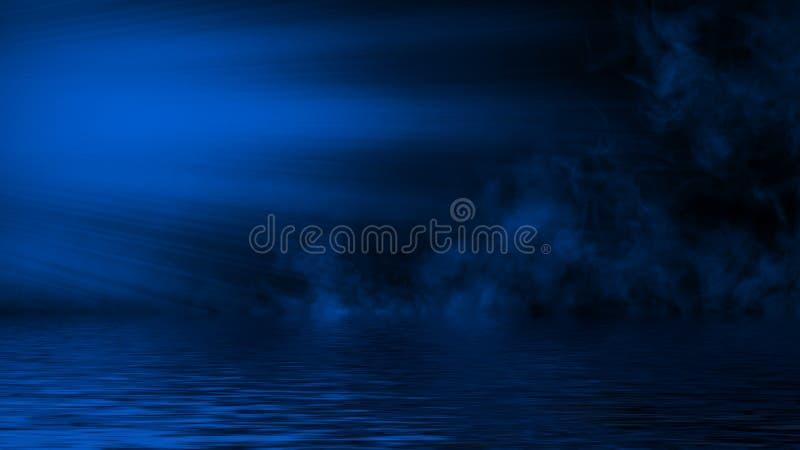 Humo azul del proyector con la reflexi?n en agua La textura de la niebla del misterio sobrepone el fondo fotografía de archivo