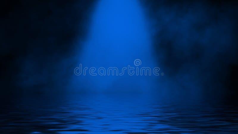 Humo azul del proyector con la reflexi?n en agua La textura de la niebla del misterio sobrepone el fondo imagenes de archivo