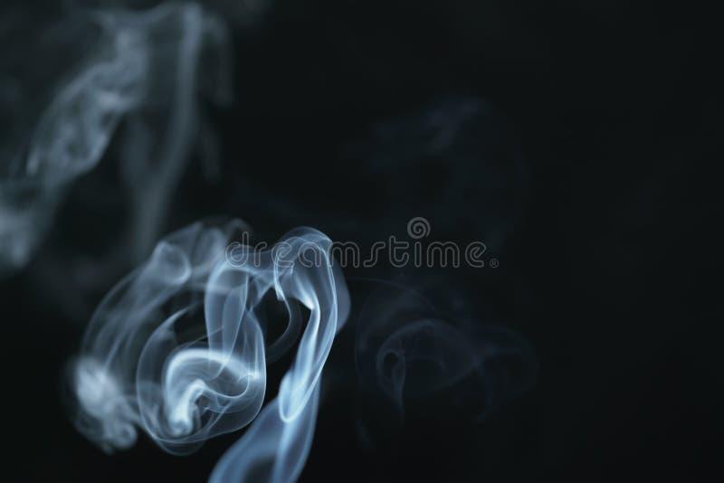 Humo azul denso del misterio sobre fondo oscuro fotografía de archivo