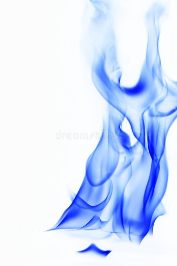 Humo azul en el fondo blanco llama del fuego en el fondo blanco imagenes de archivo
