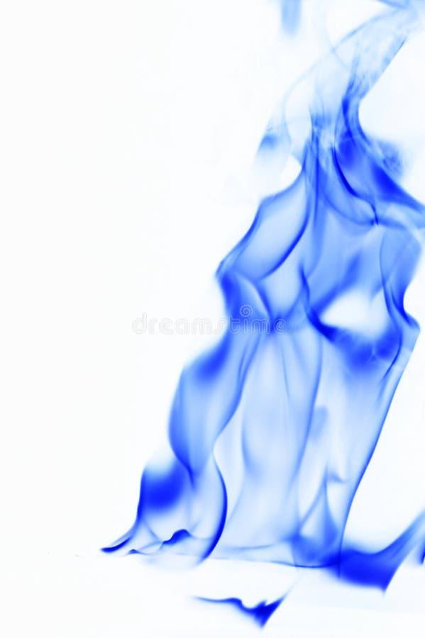 Humo azul en el fondo blanco llama del fuego en el fondo blanco fotografía de archivo