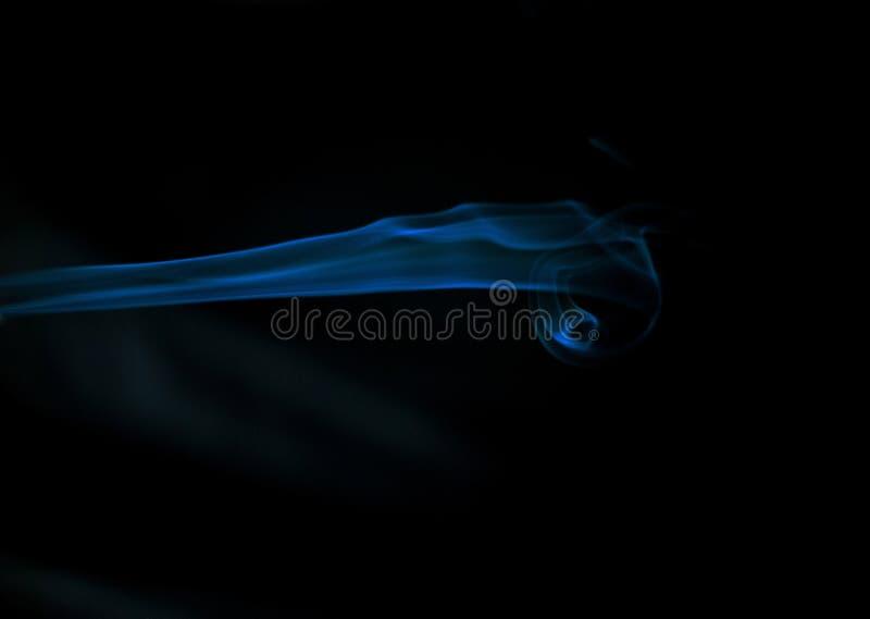 humo azul en fondo negro, humo hermoso, soplos del humo mullidos fotos de archivo