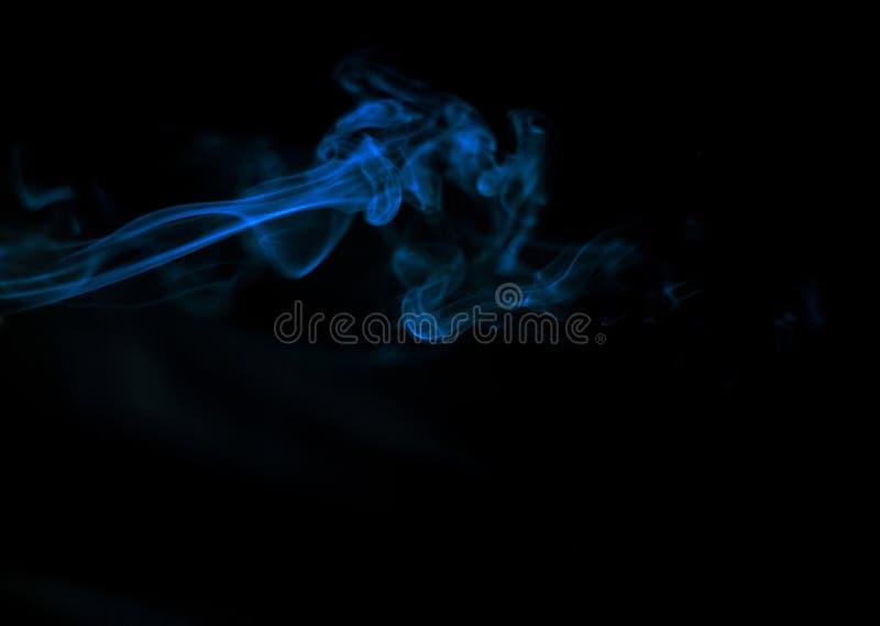 humo azul en fondo negro, humo hermoso, soplos del humo mullidos imagenes de archivo