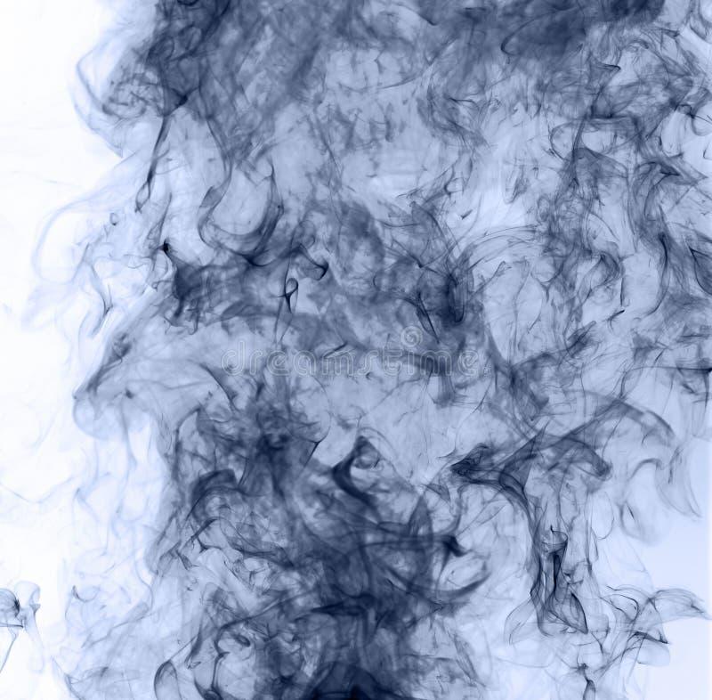 Humo azul en un fondo blanco inversión foto de archivo