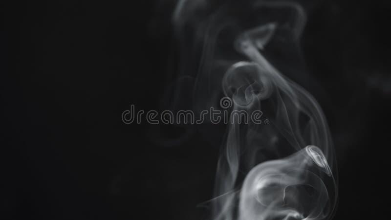 Humo azul real sobre fondo negro imagenes de archivo
