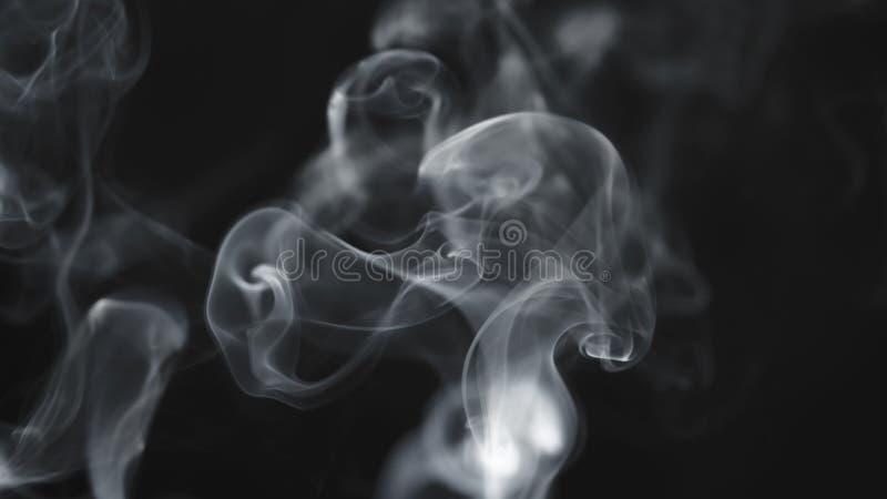 Humo azul real sobre fondo negro imagen de archivo libre de regalías