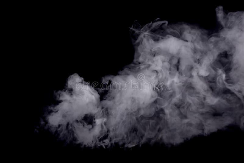 Humo blanco abstracto contra fondo oscuro imagenes de archivo