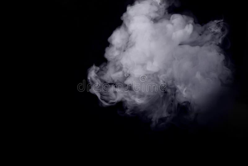 Humo blanco abstracto contra fondo oscuro fotografía de archivo