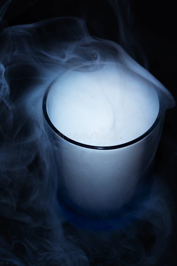 Humo blanco en fondo negro de la tela en vidrio El humo extendió por el fondo Cultura de Vaping, vida sin los cigarrillos fotografía de archivo libre de regalías