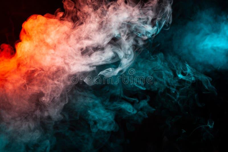 Humo coloreado aislado que remolina: azul, rojo, naranja, rosada; Scrol fotografía de archivo