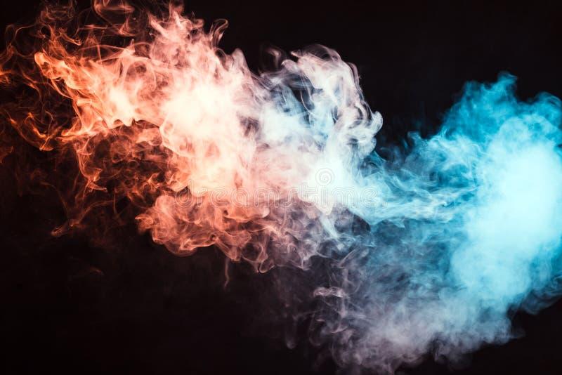 humo coloreado en un fondo negro El concepto de la demostración ligera a imagen de archivo libre de regalías