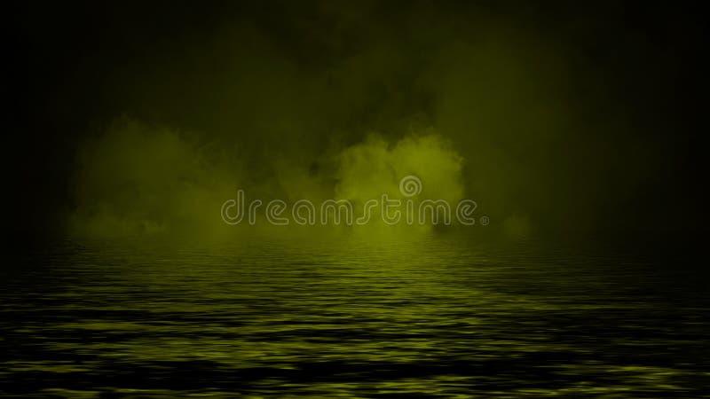Humo con la reflexi?n en agua La textura amarilla de la niebla del misterio sobrepone el elemento del dise?o del fondo foto de archivo