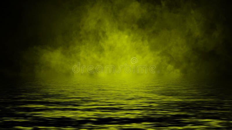 Humo con la reflexi?n en agua La textura amarilla de la niebla del misterio sobrepone el elemento del dise?o del fondo imagenes de archivo